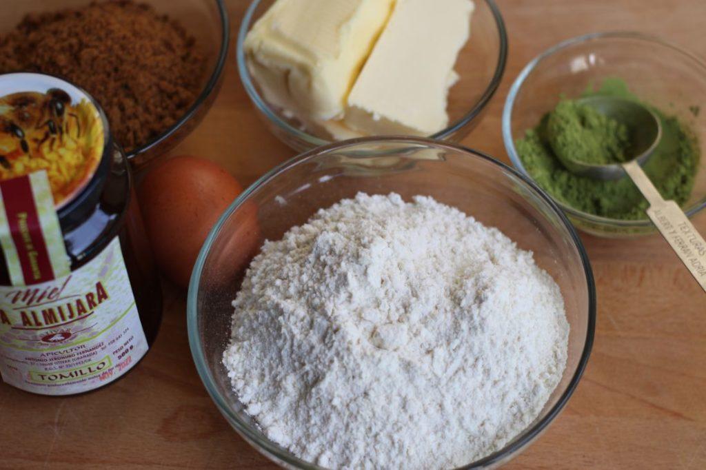 ingredientes para las cookies de matcha con miel